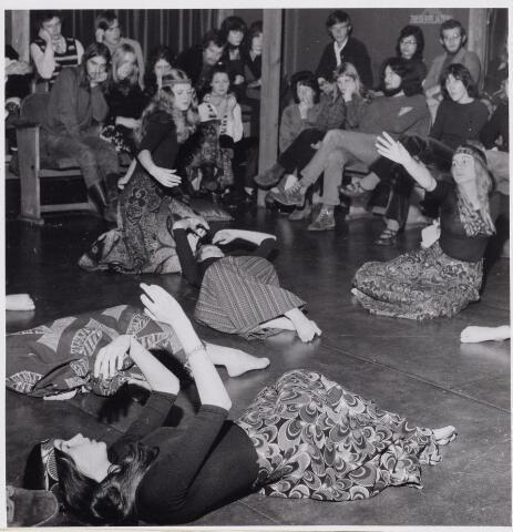100701 - Toneel. O.V.U.W. 'Zoldertheater' repetitie bewegingsspel.