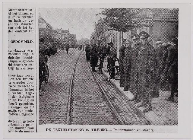 040864 - tectielstaking 1935. Stakers in de Goirkestraat. op de achtergrond links het pand van meubelinrichter Bertens afslag naar Smidspad.