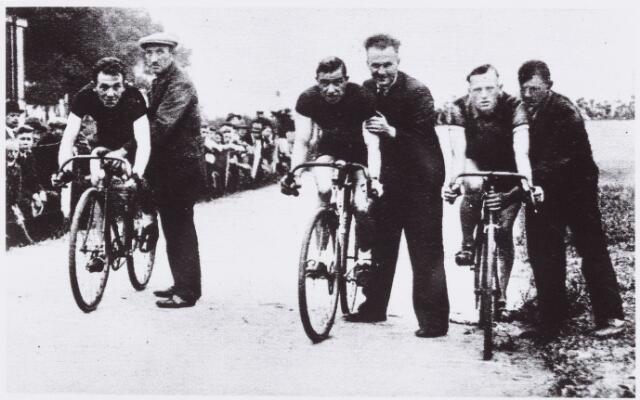 054422 - Sport. Wielrennen. Omdat de profs volgens het reglement niet meer op de zogenaamde C-Banen mochten uitkomen werd hier door van Hoek, Jan Pijnenburg en Wuls afscheid genomen van die baan.