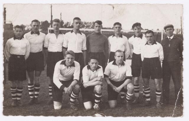 054125 - Spelers van voetbalclub Longa na een wedstrijd tegen NOAD. De uitslag was 3-2.