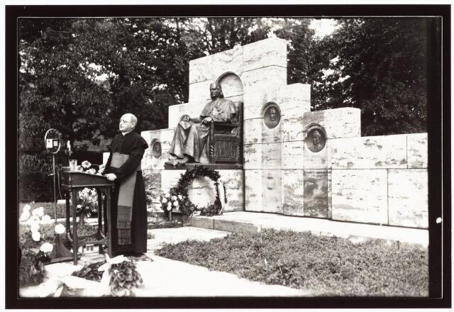 008967 - Onthulling monument mgr. Zwijsen, mgr Huurdeman hield toespraak.