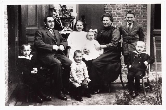 007078 - Het gezin P. van den Hout-Teurlings. Van links naar rechts: Jef vader P van den Hout, Gerard, de twee dochters Cor en Nel, mevrouw van den Hout, Ad en Frans.