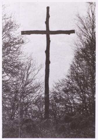 013469 - WOII; WO2; Tweede Wereldoorlog. Oorlogsschade. Vernielingen. Provisorisch kruis, waarschijnlijk opgericht ter nagedachtenis van bij een bombardement omgekomen Tilburgers