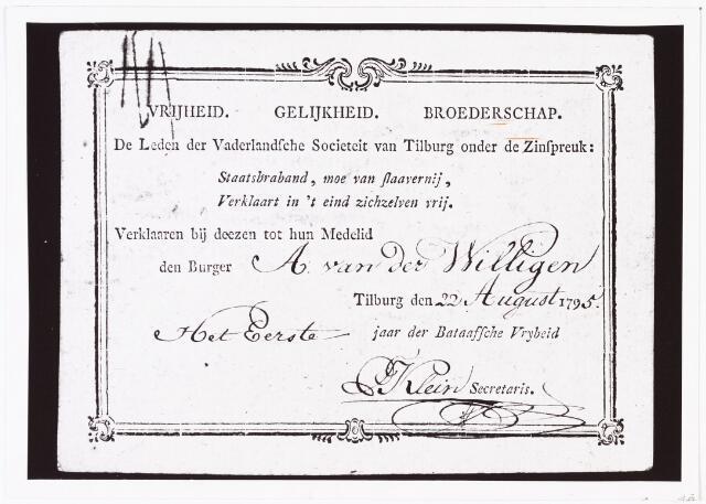"""008446 - Lidmaatschapskaart van Adriaan van der WILLIGEN (Rotterdam 1766 - Haarlem 1841) voor de """"Vaderlandsche Societeit van Tilburg"""". De zinspreuk was: """"Staatsbraband, moe van slaavernij, Verklaart in 't eind zichzelven vrij"""". Het duidelijke politiek karakter van deze societeit ging samen met een soort studentikoze gezelligheid. Zie ook foto 8442."""
