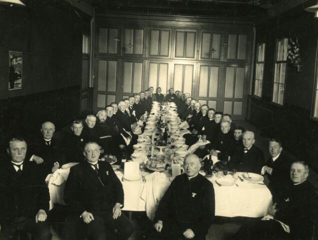 071451 - Diner op 9 december 1927 in de Pauluszaal te Udenhout t.g.v. het 25-jarig bestaan de afdeling Udenhout van de r.k. Boerenbond. Op de voorgrond v.l.n.r. Willem Versteijnen (lid Provinciale Staten), burgemeester De Goeij, pastoor Van Eijl en rector Van Kessel (geestelijk adviseur van de NCB). Derde van rechts voorzitter Kobus van Roessel.