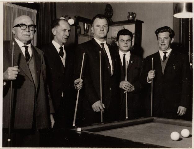 100073 - Sport. Biljarten.Kampioenschap bij cafe Puts/Bruins, Leijsenhoek-Leeuwenstraat.       V.l.n.r. Terke, Jo Hooijmaaijers, Joop Jansrat, Jan van Dongen (1941-), Jo Krijnen.
