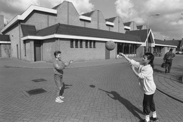 """TLB023000056_001 - Spelende kinderen voor Sporthal De Blaak. Foto gemaakt in kader """"Sportlocaties"""""""