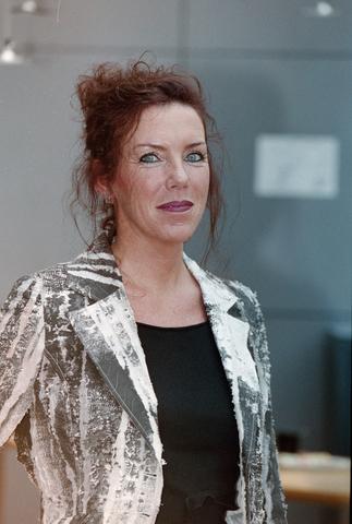 1237_001_023_027 - Cultuur. Portret van een bestuurslid van de Tilburgse Revue in 2004.