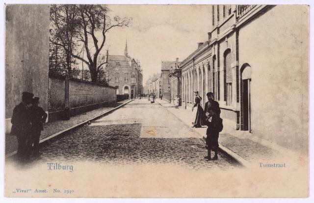 002681 - De Tuinstraat ongeveer ter hoogte van de kruising met de Willem-II straat. Deze straat heette vroeger het Tuinpadje. Op 24 mei 1723 is sprake van 'de gemene weg, lopende van de Heuvel neffens de erve en huizinge de Wilde Man naar het Nieuwland'. In 1881 werd de naam Tuinstraat officiëel door de gemeenteraad; 'lopende van de Lange Pad (nu Langestraat) langs den tuin van V. Bogaers en den tuin van notaris Daamen tot den Heuvel bij de weduwe G.C. van Spaendonck'. Pas bij raadsbesluit van 24 november 1900 kreeg ook het gedeelte tussen de Langestraat en de Nieuwlandstraat officiëel de naam Tuinstraat. Men spreekt dan van de Verlengde Tuinstraat.