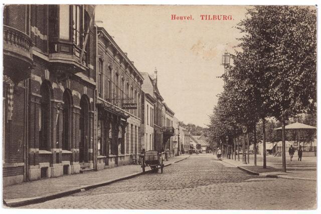 000845 - Heuvel westzijde, links het uithangbord van apotheek Cloosterhuis, rechts de kiosk, gebouwd in 1903.