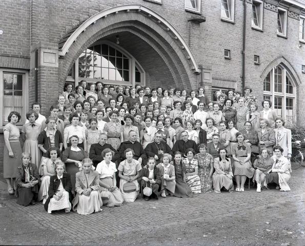 654754 - Jaarlijkse bijeenkomst van zelatrices (vrijwilligsters bij een Rooms-Katholieke organisatie) van Mill Hill. In het midden zittend monseigneur Jacob Buijs.