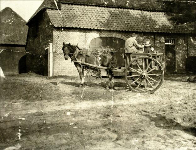 054504 - In de zomer van 1907 maakte pastoor Jurgens deze foto van het pand Groot Loo 6. Het kind op de kar is Bernard Prinsen. Links de knecht van zijn vader, Jacobus Heuvelmans.