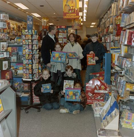 1237_001_005_001 - De prijsuitreiking van een kleurwedstrijd in een kantoorboekhandel aan de Korvelseweg in december 2001. De kinderen poseren met de prijzen in de winkel. De wedstrijd was een initiatief van winkeliersvereniging Korvel Vooruit.