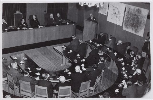 053347 - Koninklijke Bezoeken. prins Bernhard brengt een werkbezoek aan Tilburg; in de raadszaal tijdens toespraak van ir. De Jong