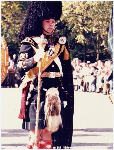 043337 - Op het Paleisplein vonden op 27 oktober 1984 festiviteiten plaats rond de viering 'Tilburg 40 jaar bevrijd'. Hier een optreden van het Schotse pipercorps The Gordon Highlanders.