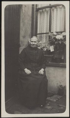 603657 - Familie de Bont. Lamberdina van Bokhoven, geboren op 10 april 1855 te Nieuwkuijk als dochter van Marinus van Bokhoven en Anna Catharina van Opzeeland. Zij huwde met Marinus de Bont en overleed op 12 februari 1937 te Tilburg.