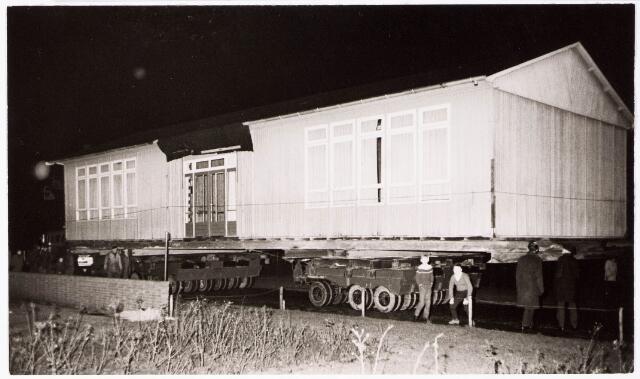 033521 - De houten barakken aan de Trouwlaan, met een lengte van ongeveer 22 meter werden met groot matarieel onder andere vier zware ijzeren balken, opgeladen en vervoerd