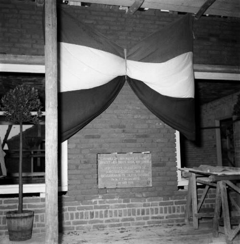 050293 - 1e steenlegging woningbouw door secretaris generaal en bezoek steenfabriek.