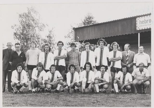 082105 - Voetbal. Het team van S.V. Gilze