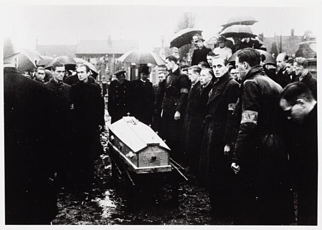 013734 - WO2 ; WOII ; Tweede Wereldoorlog. Verzet. Begrafenis van Cor Wortel. Derde van rechts verzetstrijder J. Houdijk en verder leden van de Oisterwijkse groep van de Raad van Verzet waarvan ook Wortel deel uitmaakte