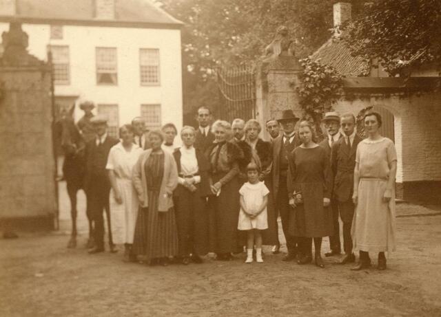 600607 - Familie-foto, met op de achtergrond kasteel Loon op Zand. Families Verheyen, Kolfschoten en Van Stratum