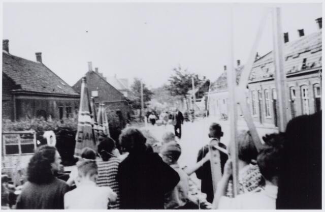 050003 - WOII; WO2; Tweede Wereldoorlog. De St. Josephstraat (nu Prinsenhoeve) gezien vanaf het Wilhelminakanaal. Toeschouwers na het bombardement dat enkele huizen trof aan deze straat op de hoek van de Hoogvensestraat.