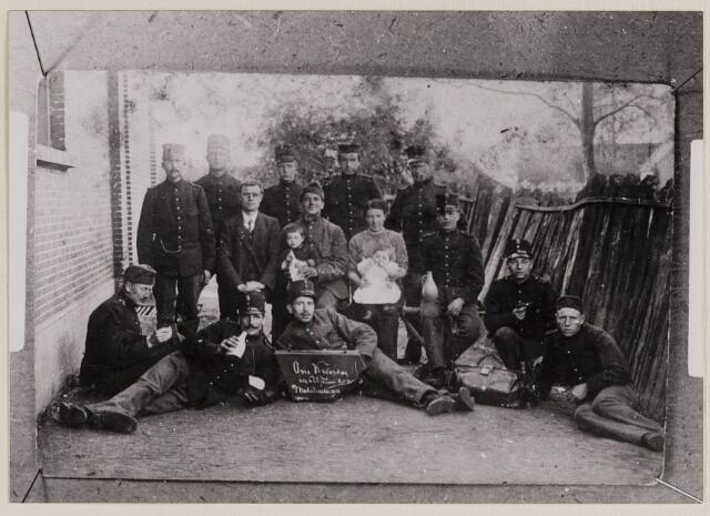 084252 - Op bord: Ons kwartier in Alphen. Mobilisatie 1914. Midden: Meester van den Hout, soldaat met Frans van den Hout, Maria Vermeulen met Adrie van den Hout