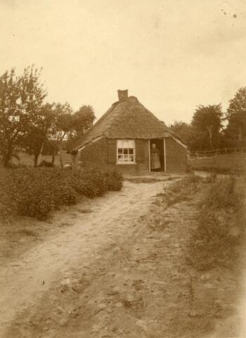 600854 - Vrouw in de deuropening van een landarbeidershuisje.   Kasteel Loon op Zand. Families Verheyen, Kolfschoten en Van Stratum