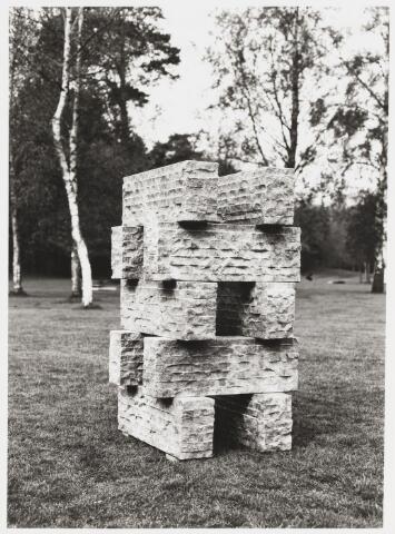 068182 - Object van Frans BOERS. Lokatie: Katholieke Hogeschool, later Universiteit van Tilburg    Kunst, openbare ruimte.
