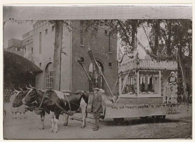 100221 - Optocht ter gelegenheid van de Slagersvaktentoonstelling. Voor de wagen lopen koeien.