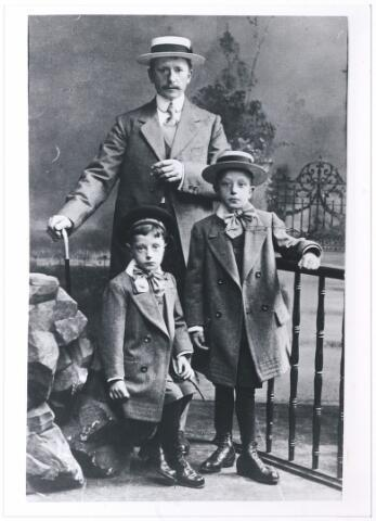 006231 - Franciscus Cornelis van de Put, geboren te Tilburg 24 september 1874, met links zoon Harrie geboren 24 maart 1910 en rechts zoon Kees geboren 12 april 1907 eveneens met strohoed.