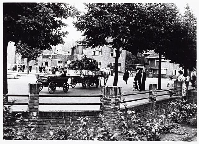 013197 - WO2 ; WOII ; Tweede Wereldoorlog. Terugtocht. Vluchtende Duitsers passeren de kruising Ringbaan-Oost - Bosscheweg, de wagen volgestouwd met geroofde spullen. Op de achtergrond, in het midden, de pastorie van de Sacramentskerk