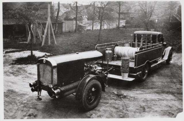 103629 - Brandweer. Brandweerwagen met drukspuitpomp en brandslang en blusemmers speciaal voor bos en heidebranden.