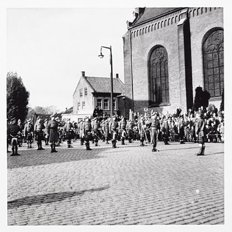 012220 - WO2 ; WOII ; Tweede Wereldoorlog. Parade van Schotse pijpers op de Martkt op 29 oktober 1944