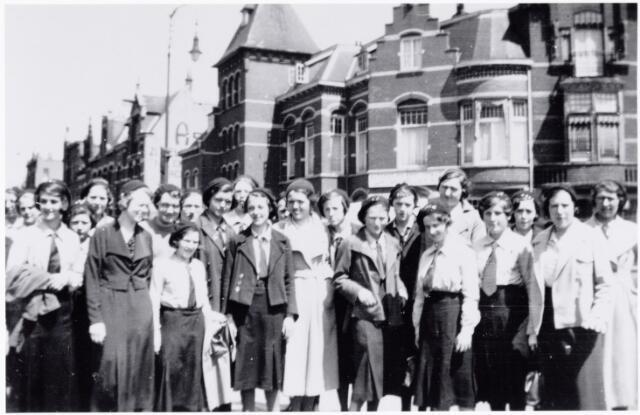 051649 - Middelbaar onderwijs. Schoolreis van leerlingen van het R.K. Theresialyceum naar Scheveningen.