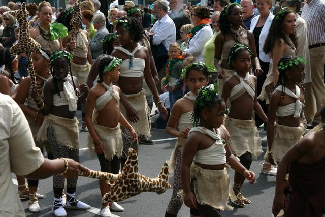657348 - De T-parade. Een kleurrijke multiculturele optocht door het centrum van Tilburg. De vele culturen van Tilburg worden getoond.