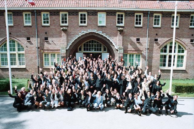 1237_003_295_004 - School. De Rooie Pannen. Groepsfoto diploma uitreiking afdeling horeca 2003