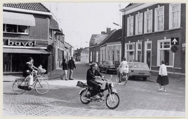 102193 - Leijsenhoek richting de Leeuwenstraat. Links Van Bavel.