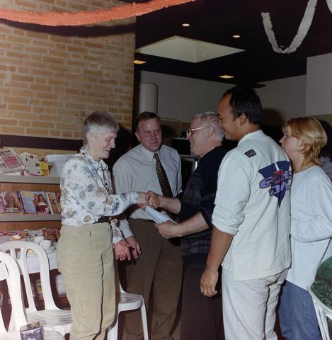 1237_001_017_007 - Felicitaties tijdens een feestelijke receptie bij de Diensten Centrale aan de Havendijk in maart 1997.