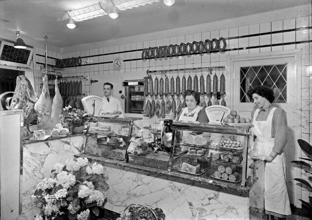 650536 - Schmidlin. Slagerij H.J.J. Conradi aan de Lovensestraat 134, mei 1959. V.l.n.r. Huub Conradi, Rika Conradi-Bogers, José Conradi.