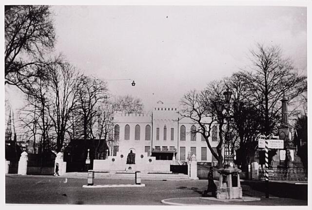 013144 - WO2 ; WOII ; Tweede Wereldoorlog. Invasie. Het Paleis - Raadhuis vlak voor de bevrijding van Tilburg. De rolluiken zijn gesloten, er is niemand aanwezig