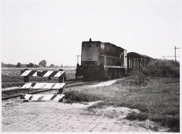 035502 - Locomotief 2204 van Nederlandse Spoorwegen op het verlengde van de Zuiderkruisweg