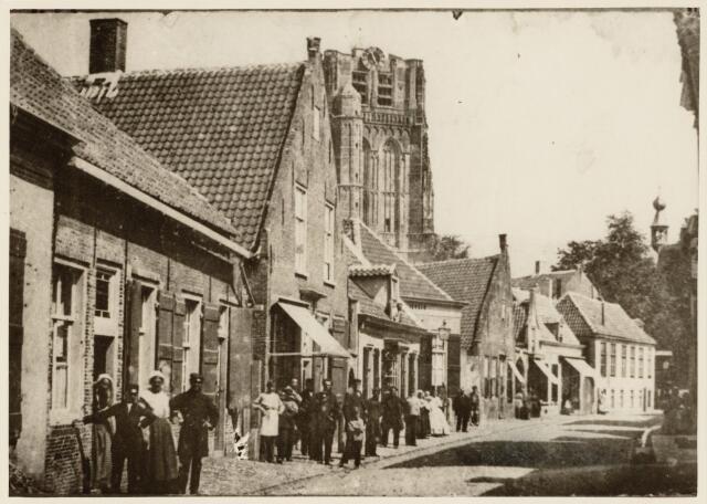 102153 - Kerkstraat; straatbeeld met inwoners.