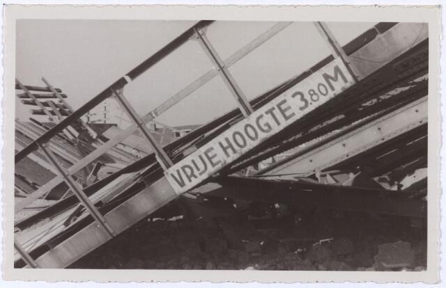 012366 - Tweede Wereldoorlog. Vernielingen. Detail van de vernielde spoorbrug over de Ringbaan-Oost, hoek Bosscheweg
