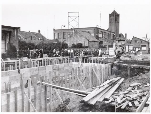 039323 - Volt. Technische Afdelingen/ Bedrijven, Nieuwbouw. Bouwput voor de olietank t.b.v. het nieuwe ketelhuis  te Zuid in 1961. Op de achtergrond de kantine daarachter de kerktoren van Broekhoven I.