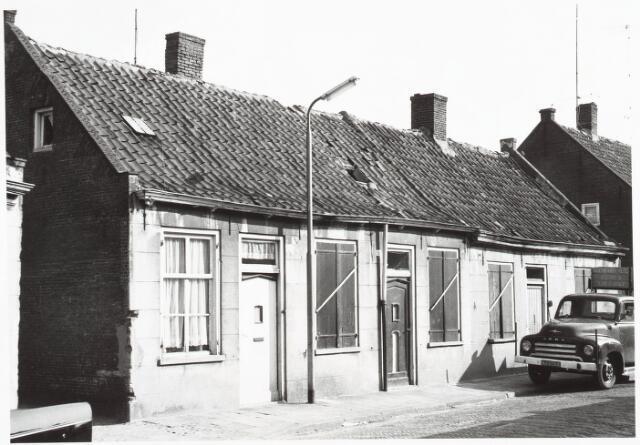 028081 - Stadsvernieuwing. Woningen voor afbraak bestemd aan de Veldstraat 34-36-38, thans Pastoor van Beurdenstraat