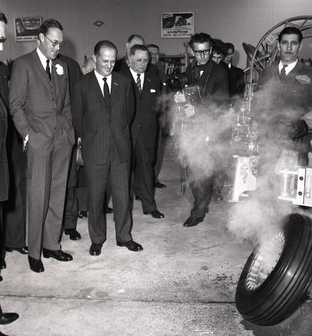 654095 - Industrie. Prins Bernhard op werkbezoek in een bedrijf dat autobanden vulcaniseert.