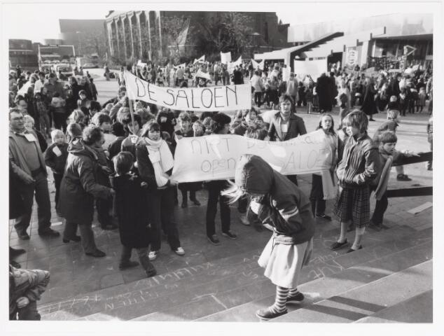 042497 - Kinderen protesteren tegen de gemeentelijke bezuinigingen van het buurt- en clubhuiswerk.
