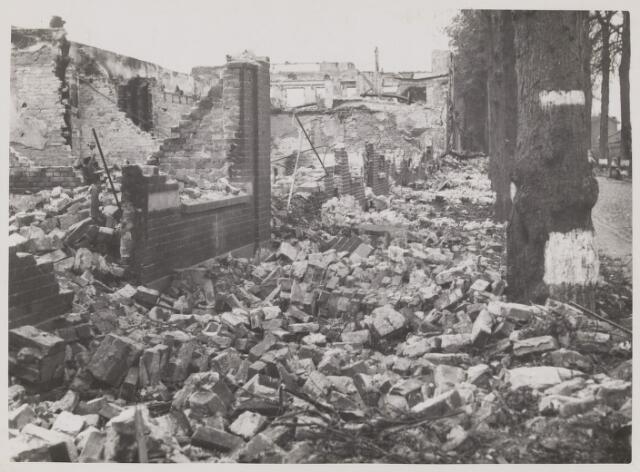 077475 - Tweede wereldoorlog 1940-1945. Ontploffing van de Duitse munitietrein op het stationsemplacement van Oisterwijk naar aanleiding van de beschieting door de Royal Air Force (RAF). De verwoesting aan de Spoorlaan van de schoenfabriek Pazo van de Gebroeders Paaijmans.