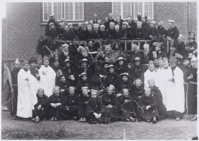 048620 - Groep feestvierende capucijnen voor hun klooster in Biezenmortel.